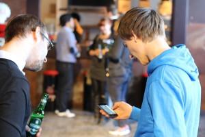 Patrick Arle von WunderCar zeigt den Gästen die App. Unsere Gäste konnten sich mit einem Gutscheincode nach Hause chauffieren lassen!