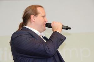 Patrick Postel bei der Begrüßungsrede des Solutionscamp, das vor dem Sommerfest stattfand