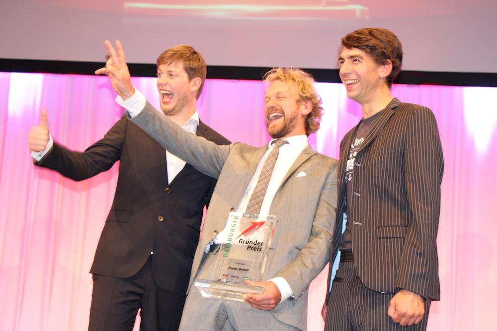 Die drei Gründer nehmen den Hamburger Gründerpreis in Empfang
