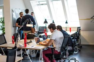 Das brightup Team am neuen Arbeitsplatz im Accelerator (Bild: Microsoft Ventures Deutschland)
