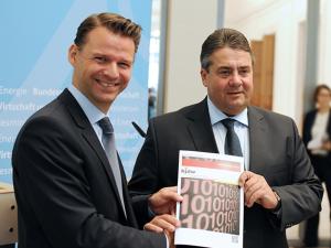 """Bundesminister Sigmar Gabriel (rechts) mit dem Vorsitzenden des Beirats """"Junge Digitale Wirtschaft"""", Prof. Dr. Tobias Kollmann © BMWi/Susanne Eriksson"""