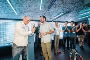 Harald Neidhardt überreicht den Publikumspreis an Carlos von Triprebel Bild: Stefan Groenveld