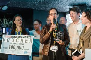 Spiegel Online Geschaftsführerin Katharina Borchert überreicht den Jury-Preis Bild: Stefan Groenveld