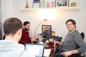 Das Team sitzt jetzt in den eigenen vier Bürowänden in der Koppel und teilen sich den Büroraum u.a. mit Hamburg Mittendrin