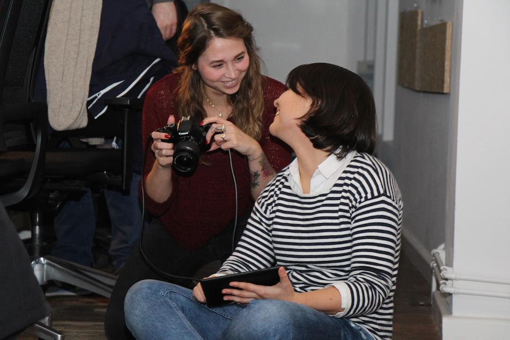 Sarah und Vanessa beim App-Fotographieren
