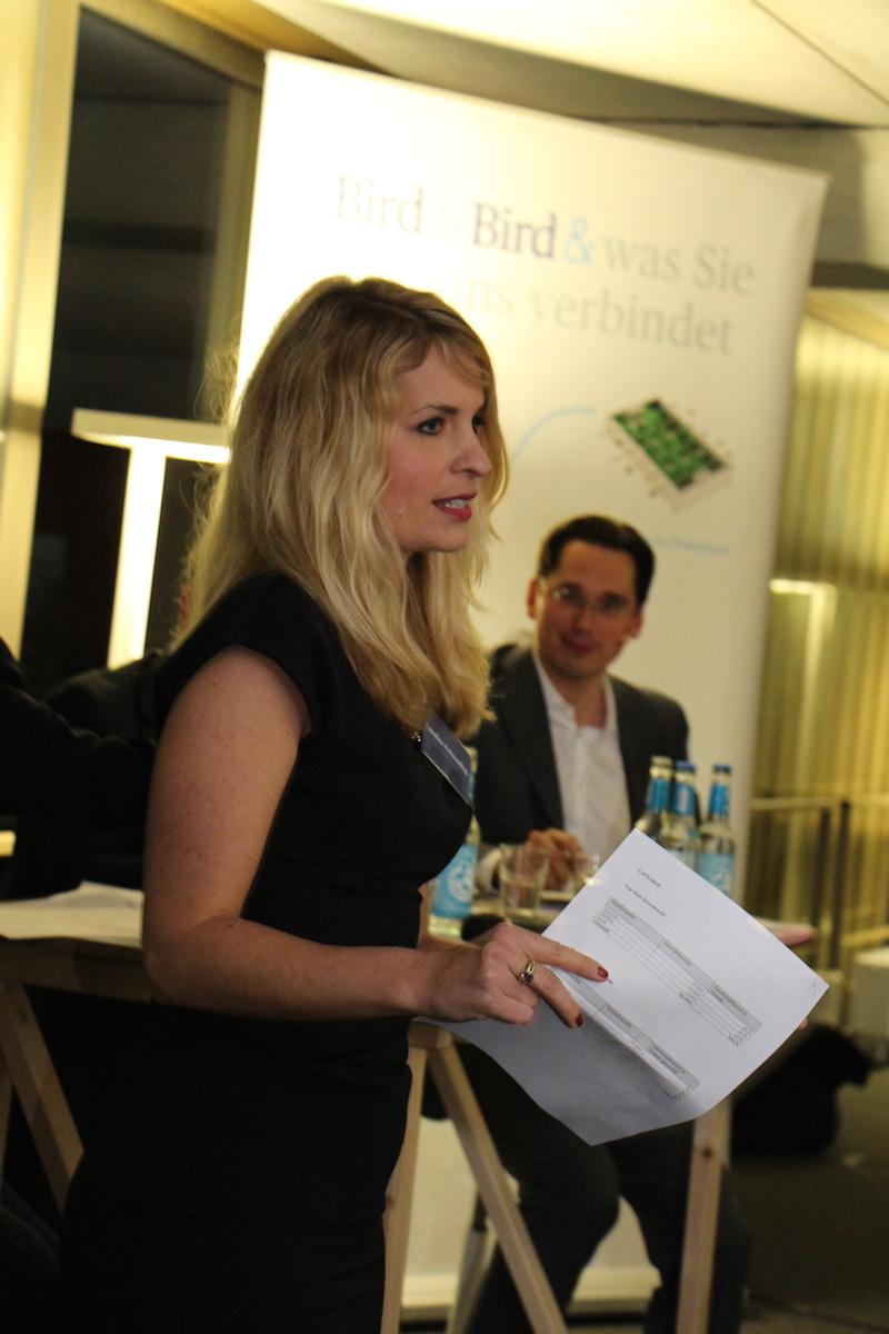 Caroline Frömmling erklärt dem Publikum das Term-Sheet und die wichtigsten Begriffe