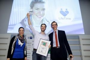 """Dr. Johannes Jacubeit strahlt über den ersten Preis in der Kategorie """"Beste App-Idee"""". Foto: Ulrich Perrey"""