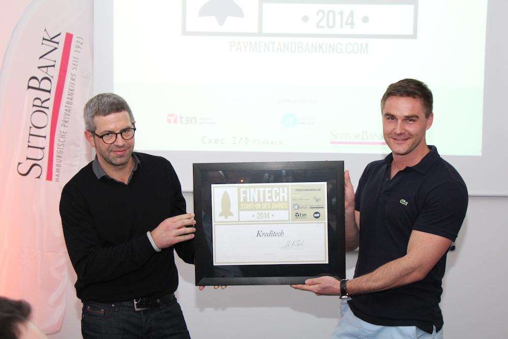 FinTech des Jahres - Sebastian Diemer nimmt den Preis von André M. Bajorat entgegen