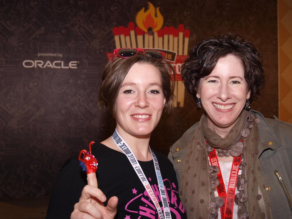 Claire England hat TripRebel bereits im letzen Jahr bei unseren Startups@Reeperbahn Pitch live auf der Bühne gesehen und ist begeistert. Hier mit Jenni Schwanberg (l.), von der dpa.