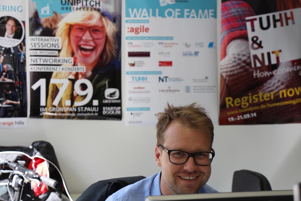 Marketingchef des Startup Dock Christoph Steckhahn bei der Planung des nächsten großen Events im Juni - das Innovation Summit lässt das Startup Dock ordentlich rotieren.