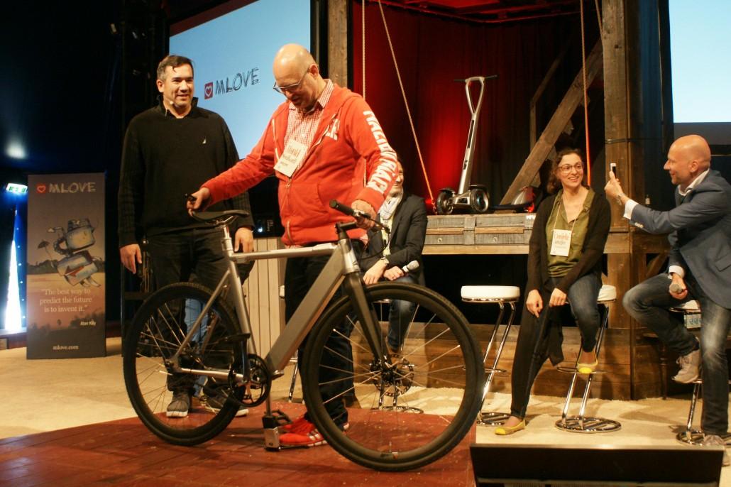 Louis-P. Huard und Harald Neidhardt mit dem Boréal Bike. Im Hintergrund ein Prototyp von Floatility, Daniela Schiffer (Changers) und Tom Kirschbaum (Ally)