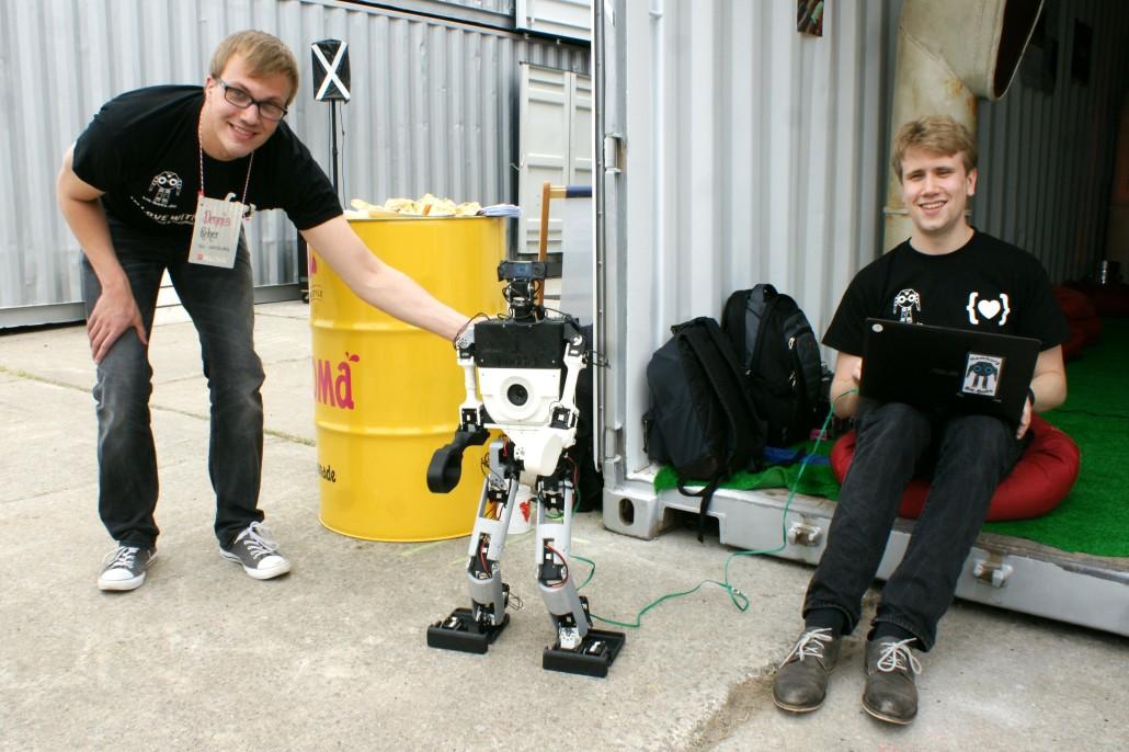"""Studenten von der RoboCup-AG der Universität Hamburg mit dem Roboter """"Kuddel"""""""