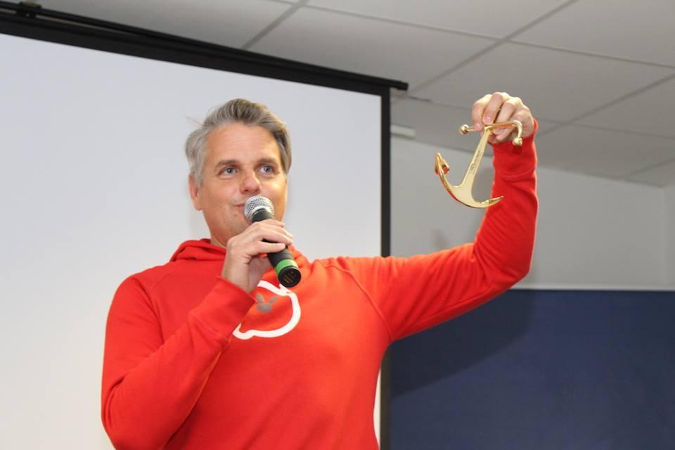 Oliver-Arne Hammerstein von der Gründerwerft präsentiert den goldenen Anker
