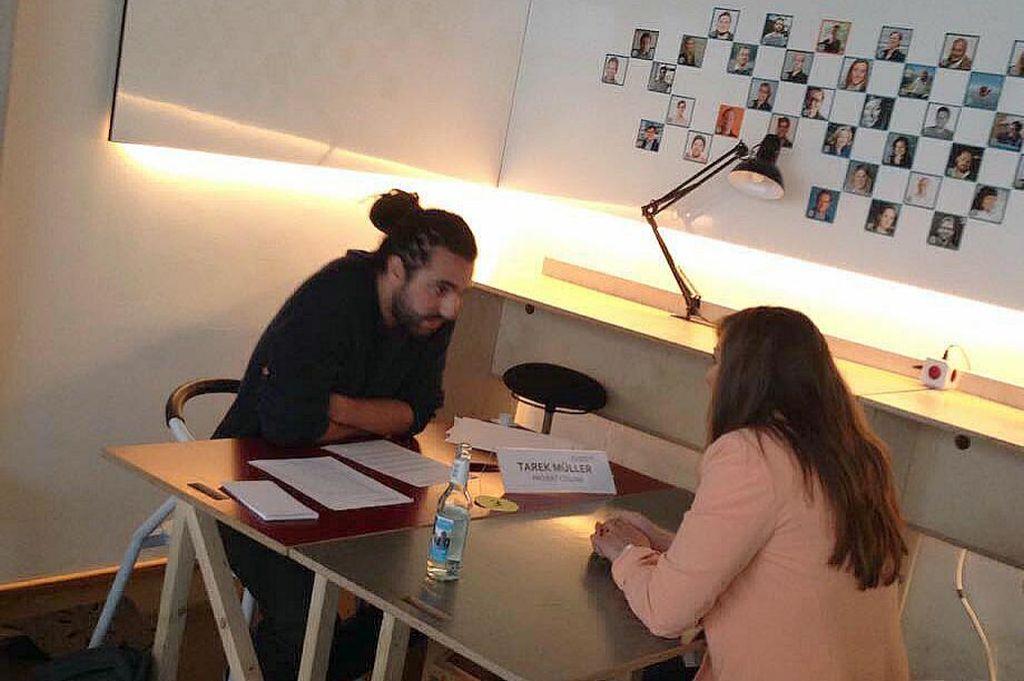Marina Guz erklärt Tarek Müller im Rahmen des Webfuture Awards, worum es bei comate.me geht.