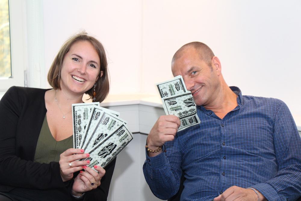 Katharina Wolff und Christian Fiedler aus der Jury mit den Geldscheinen, die für die Abstimmung benutzt wurden.
