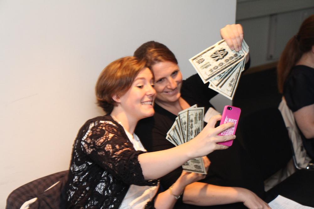 Auch wenn's nicht echt ist: So viel Geld ist den Jurorinnen Jenni Schwanenberg und Diana Knodel ein Selfie wert.