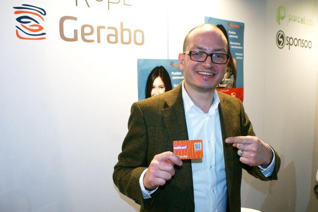 Edward Datel mit der Kundenkarte von Gerabo