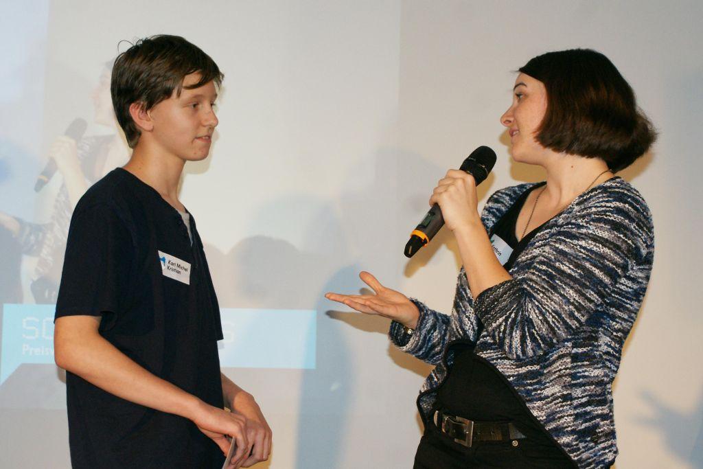 """Karl hat mit seinem Spiel """"Mirrorsveg VR"""" den Gaming-Preis gewonnen und beantwortet die Fragen von Jurorin Kathrin Joswig."""