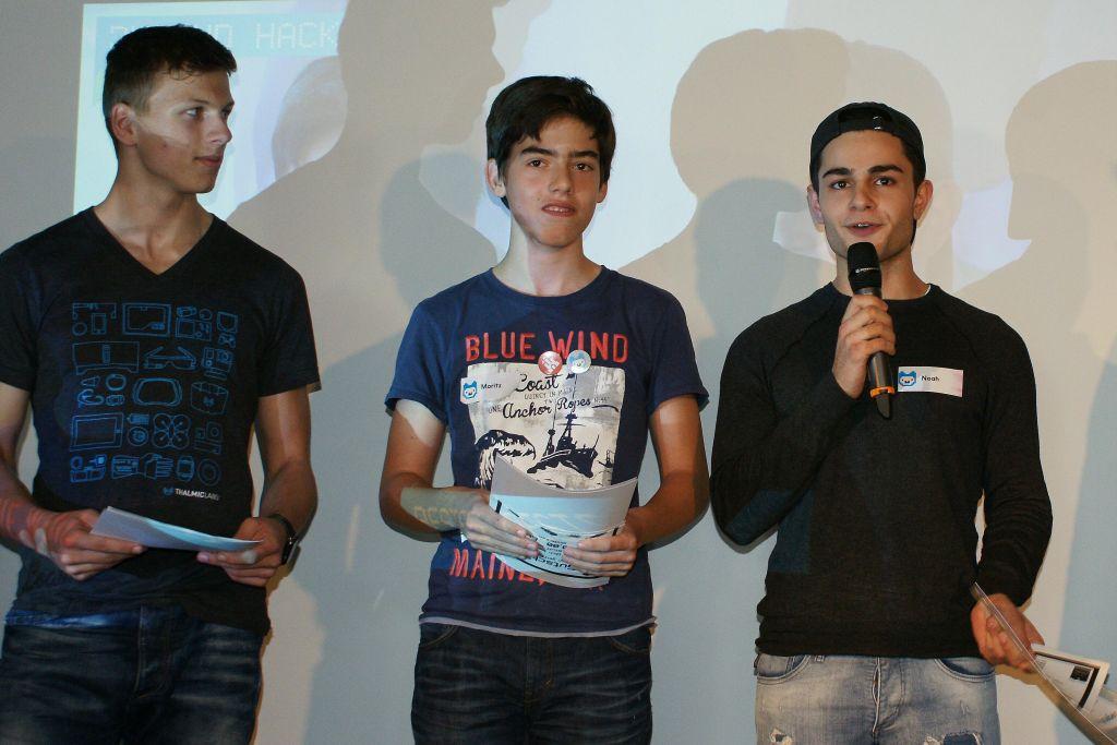 """Finn, Moritz und Noah bekommen für """"Moin Refugees"""" gleich zwei Preise."""