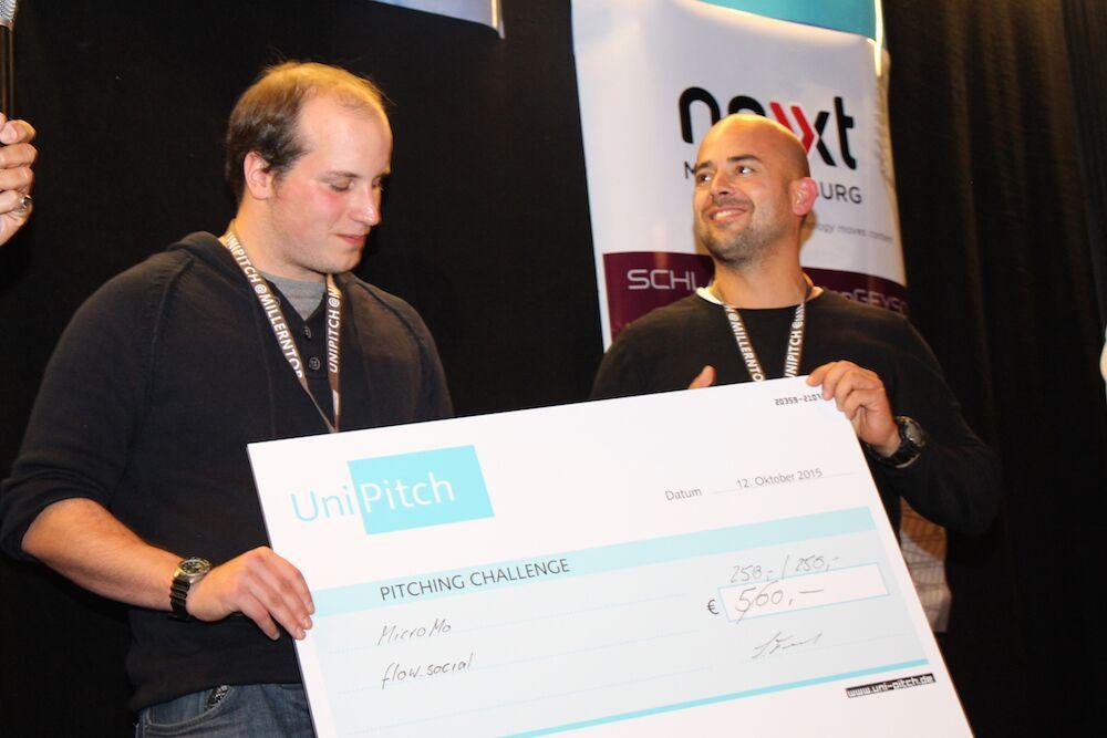 Lars Grundhöfer und Roland Becker teilen sich den Siegerscheck beim UniPitch
