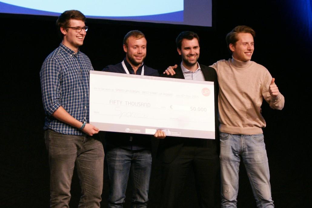 Konstantin Möllers, Franz Schäfer, Andreas Kitzing und Bela J. Anda freuen sich für Sponsoo.