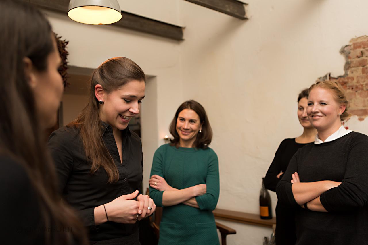 Freya Oehle (2.v.l.) erzählt von ihren Startup-Erlebnissen. Hören amüsiert zu: Sanja Stankovic, Stefanie Hagenmüller, Inna Pachotny und Sandra Schädel.