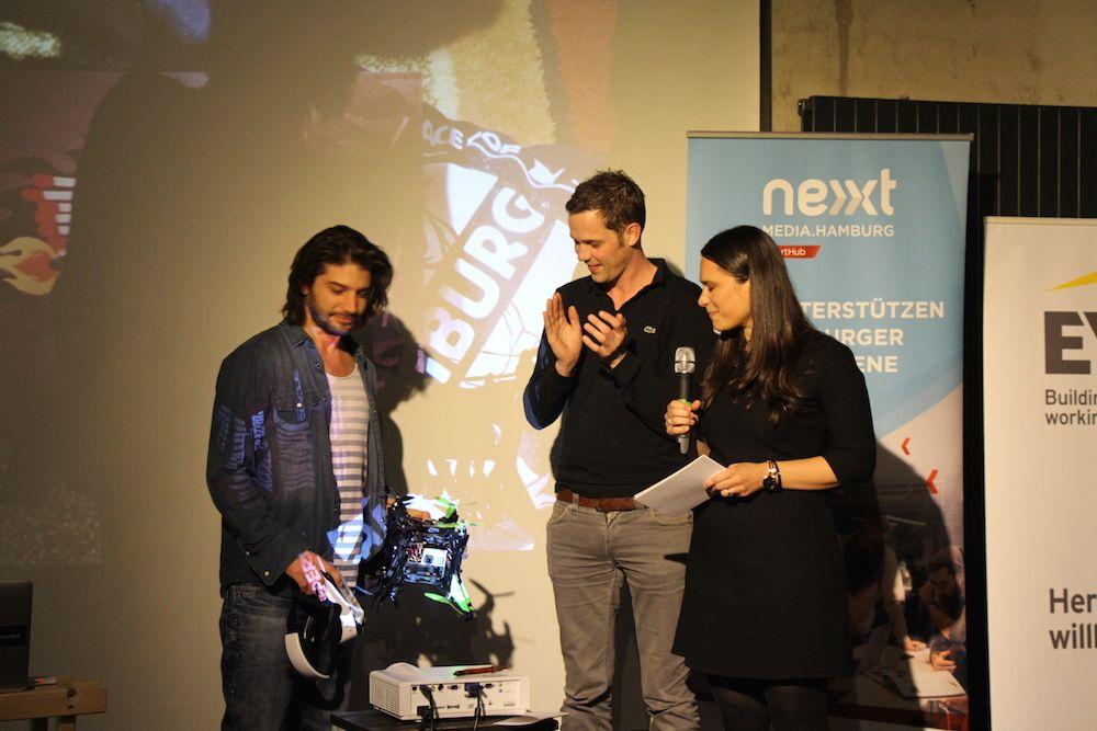 Nicolas Chibac zeigt Jörg Land von Sonormed und Sanja Stankovic von Hamburg Startups die VR-Drohne von Spherie.