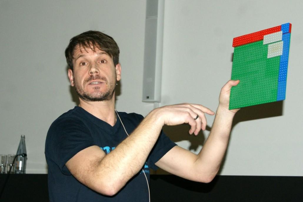 Prof. Dr. Christoph Ihl erklärt anhand von Legosteinen die Tücken der Marktanalyse.