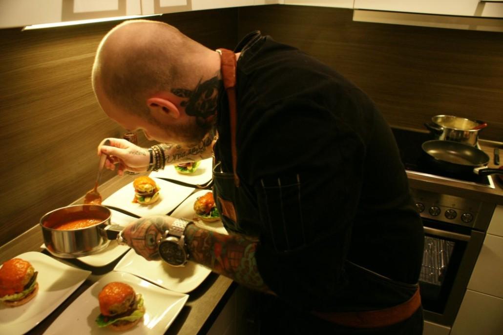 Marc bereitet seine Burger zu