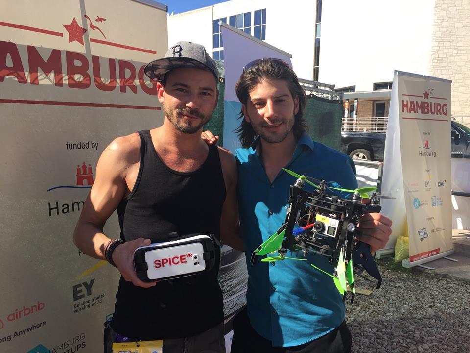 Rico und Nicolas mit VR-Brille und Drohne