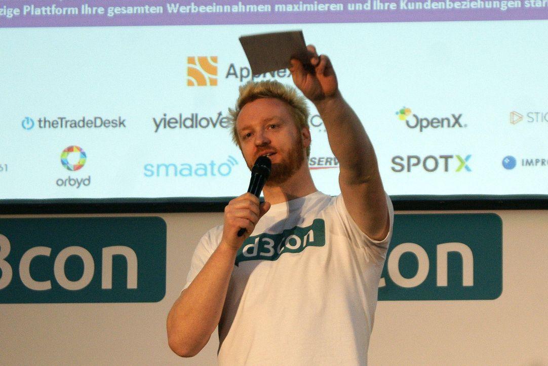 Cheforganisator Thomas Promny zeigt, wo es bei der d3con lang geht.