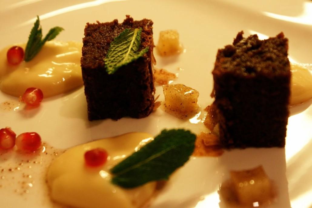 Dessert: Saftiger Schokoladenkuchen, Hafercreme, Granatapfel und Granny Smith