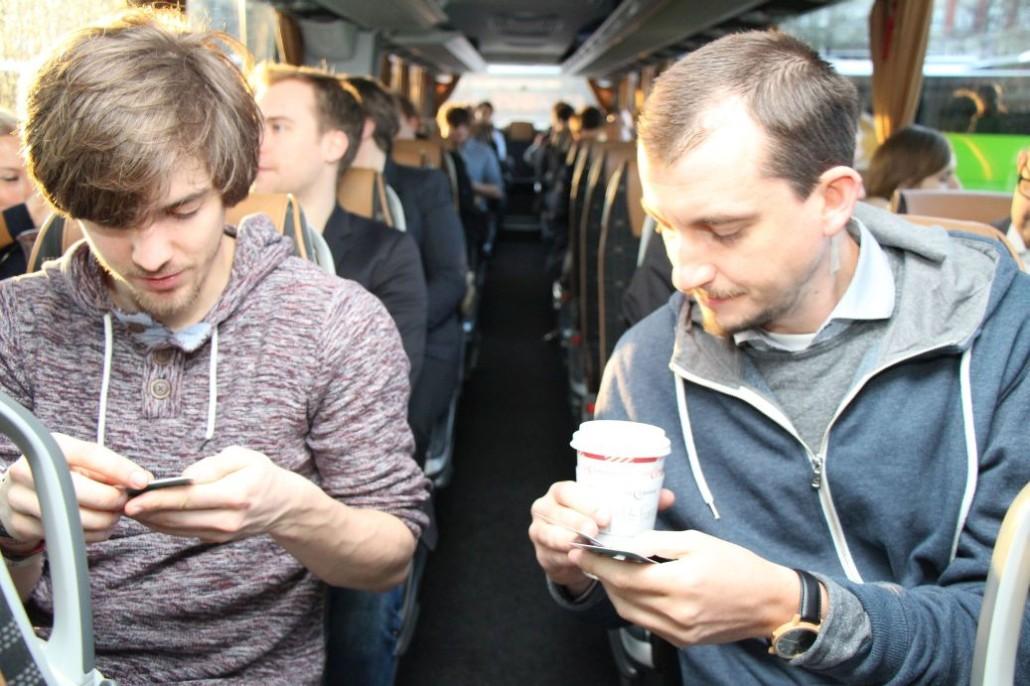 Sven Casimir (Heute in Hamburg) und Paul Bekedorf (audioguideme) begutachten im Bus das Startup-Quartett