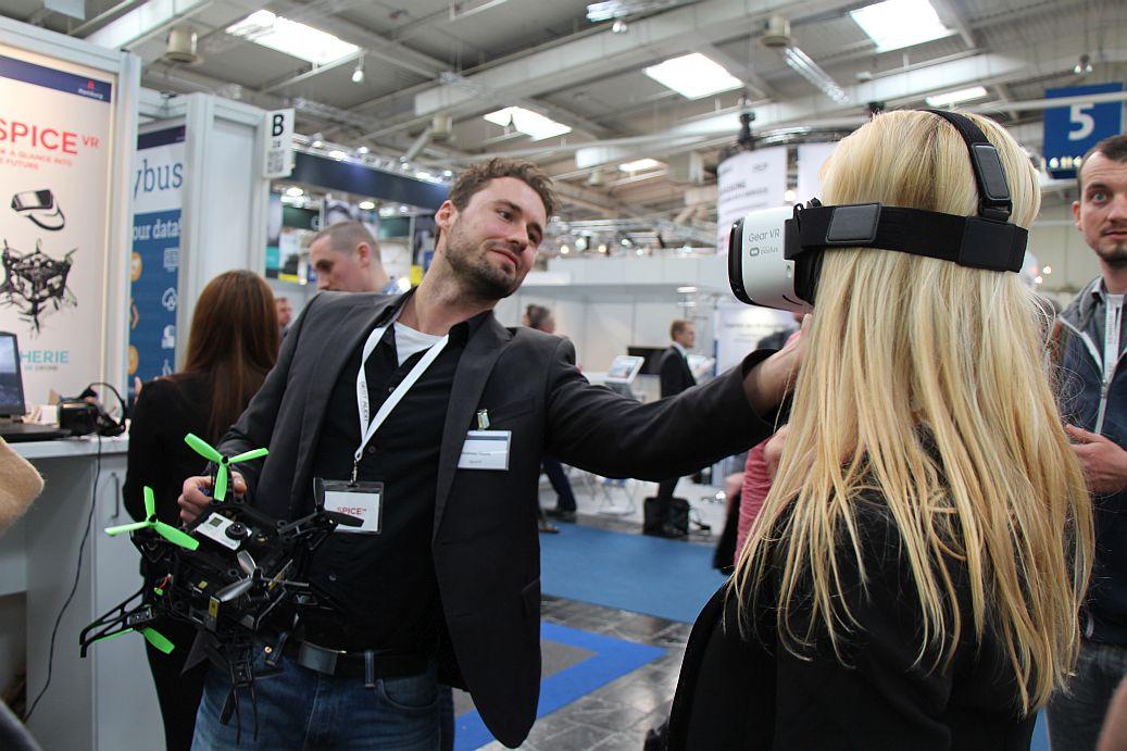 Andreas Raabe (SpiceVR): In der einen Hand die Spherie-Drohne, mit der anderen passt er die VR-Brille an.