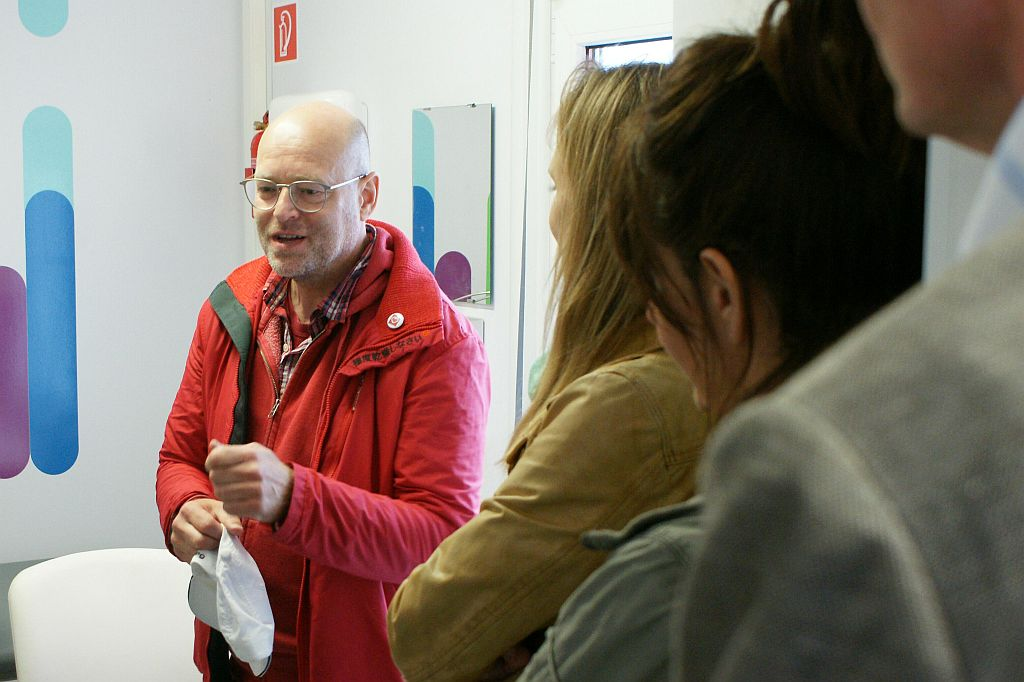 Harald Neidhardt erklärt das Refugee First Response Center