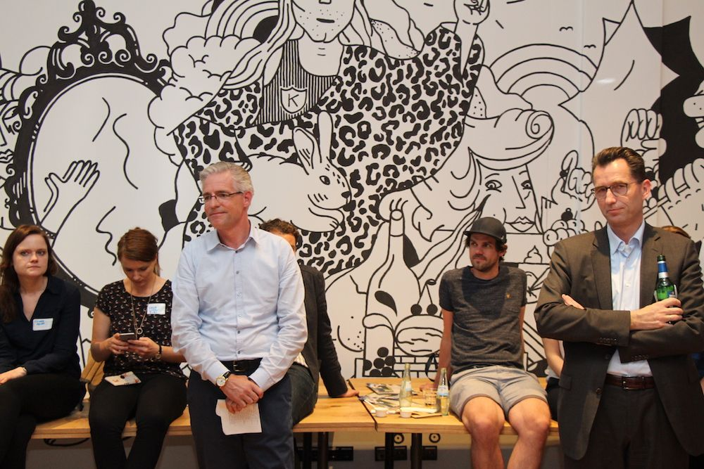 Jan-Menko Grummer (3.v.l.) von EY und Mixer-Gäste vor dem großen Wandgemälde im Mindspace.