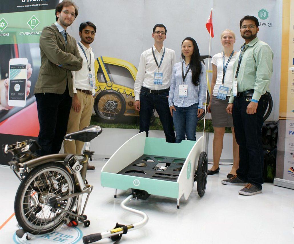 Das Team von Nüwiel mit einem Prototypen seines Fahrradanhängers