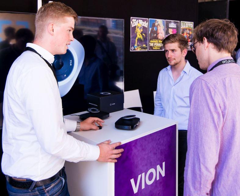 Finn Plotz erklärt seine Allroundfernbedienung Vion
