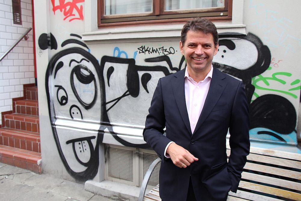 Schicker Anzug und Ottensener Straßenkunst: das passt! Andreas Schneider, Geschäftsführer von DS Produkte.