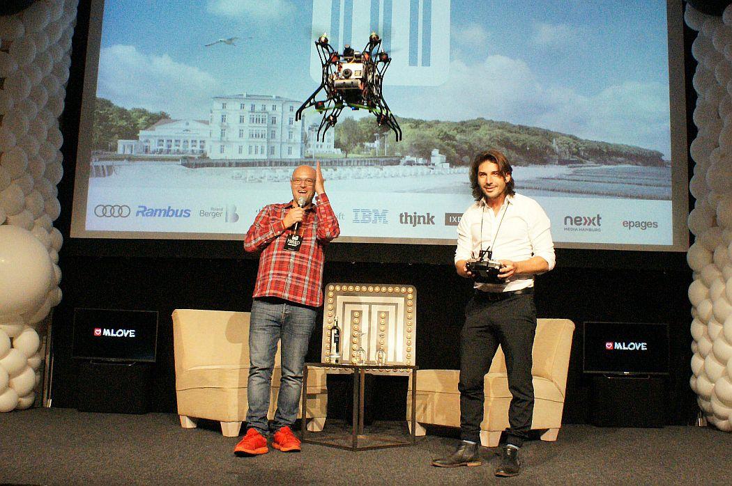 Nicolas Chibac, CEO von SpiceVR, lässt Spherie fliegen, Harald Neidhardt freut sich.