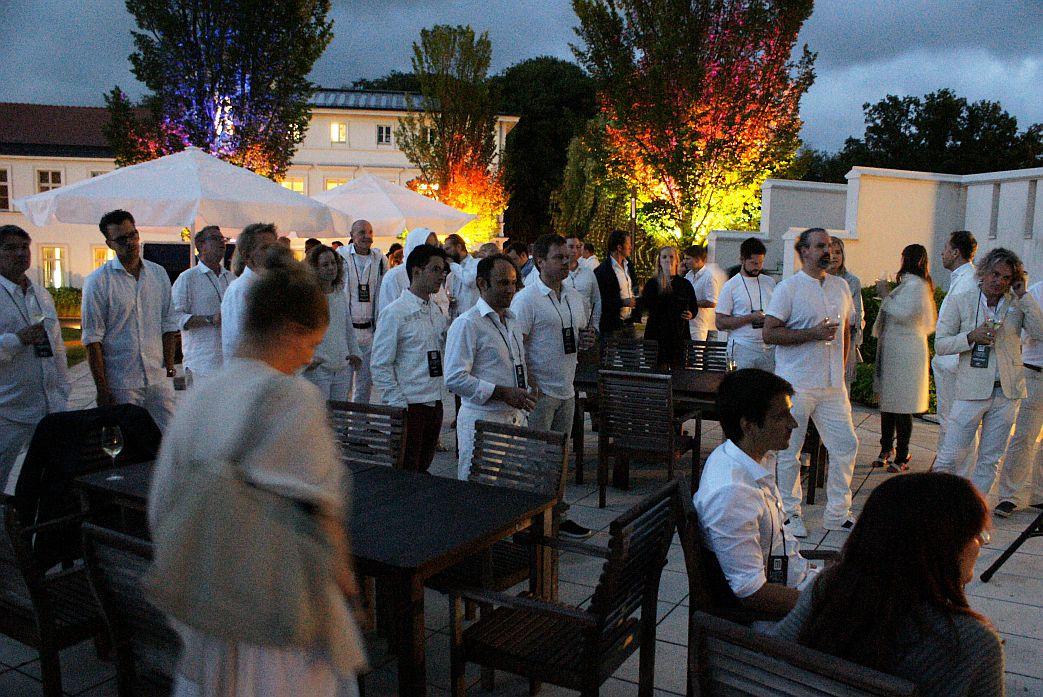 Ganz in Weiß: Zuschauer des Phantom-Konzerts im Rahmen des White Dinner.