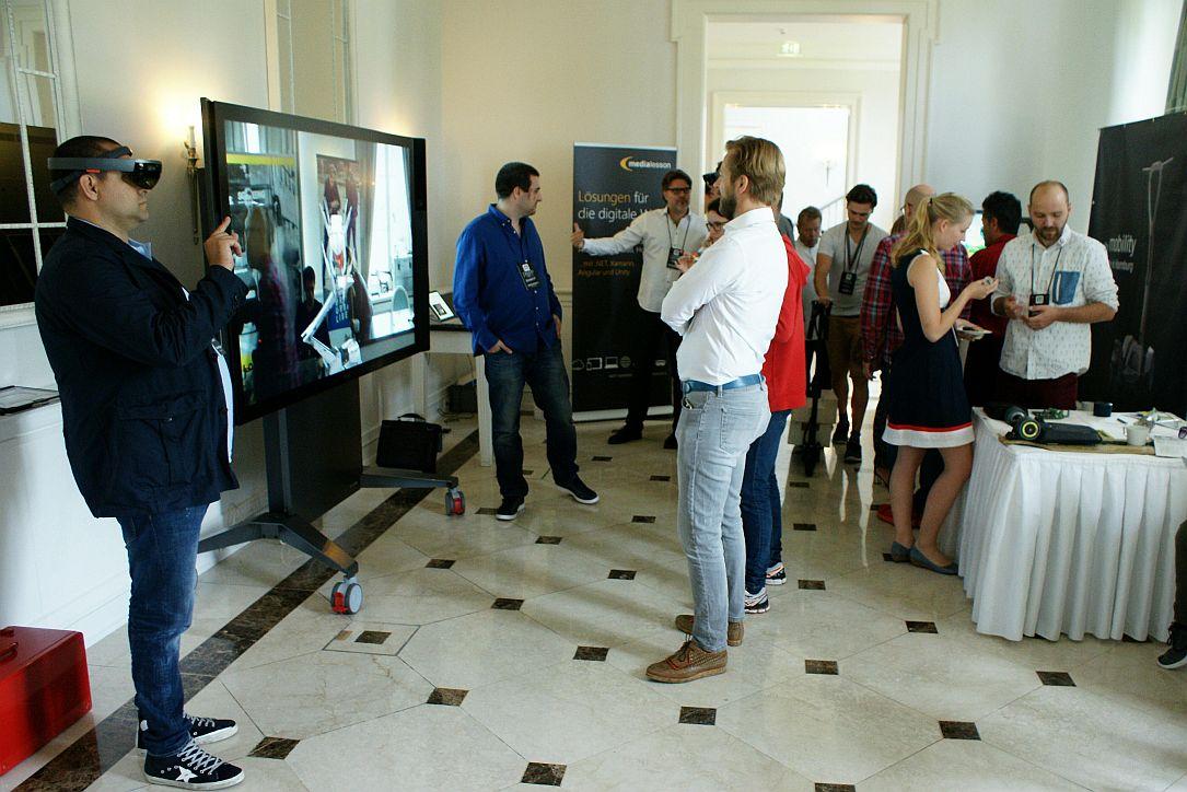 Im Ausstellungsbereich gab es unter anderem eine Vorführung der HoloLens und Stände von Startups wie Mellow Boards und Egret.