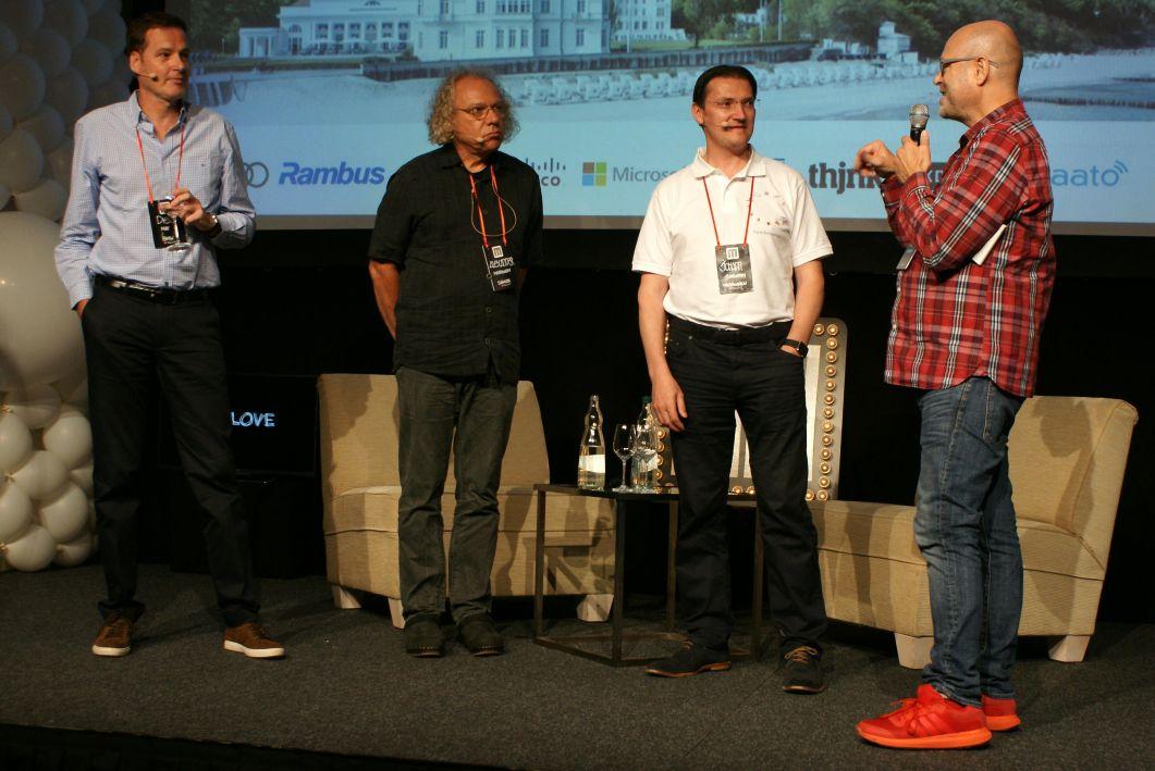MLOVE- Initiator Harald Neidhardt hat die geballte Autolompentenz auf der Bühne: Dieter May (BMW), Alexander Mankowsky (Daimler) und Johann Jungwirth (VW)