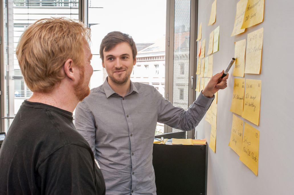 Georg Rabenstein, DevOps Engineer und Nico Greuel, ebenfalls DevOps Engineer