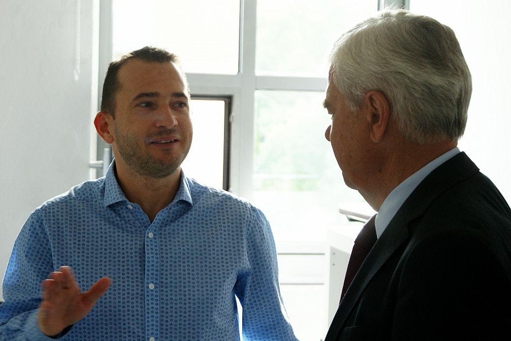 Gernot Supp erzählt dem Senator, wie er zu Sonormed gekommen ist.