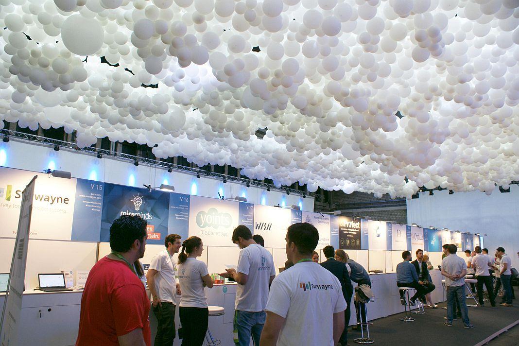 Die Decke in der Vorhalle auf Kampnagel war mit mehreren Tausend Luftballons geschmückt.