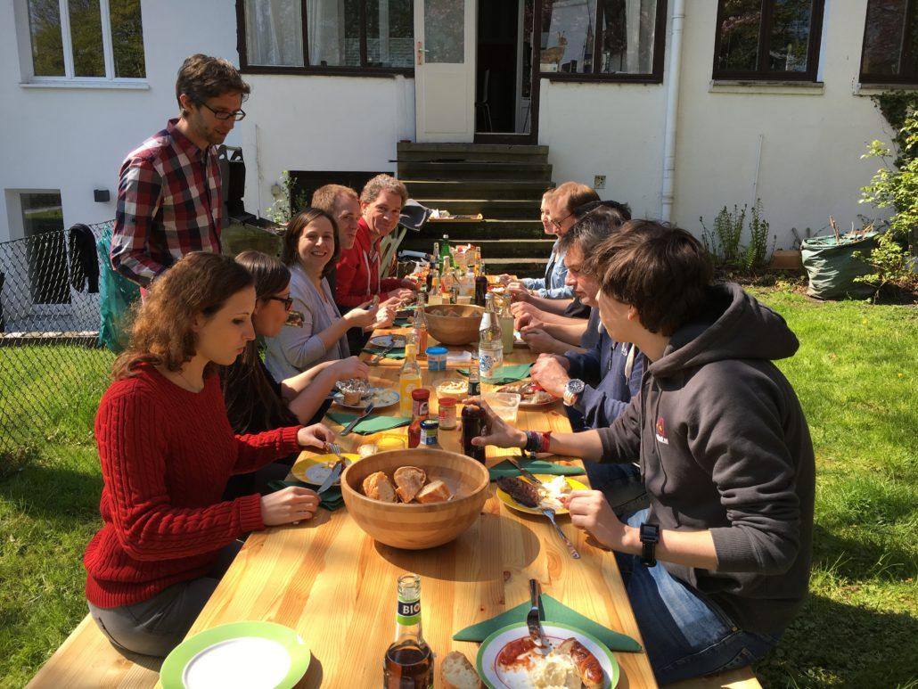 Das Shipcloud-Team beim wöchentlichen Grillen oder Frühstücken!