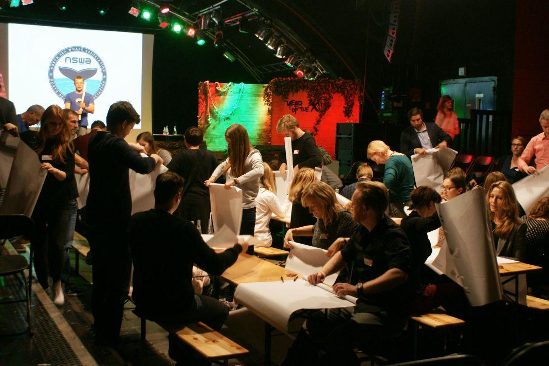 Auch ein Workshopthema: Papier rollen als Gemeinschaftserlebnis