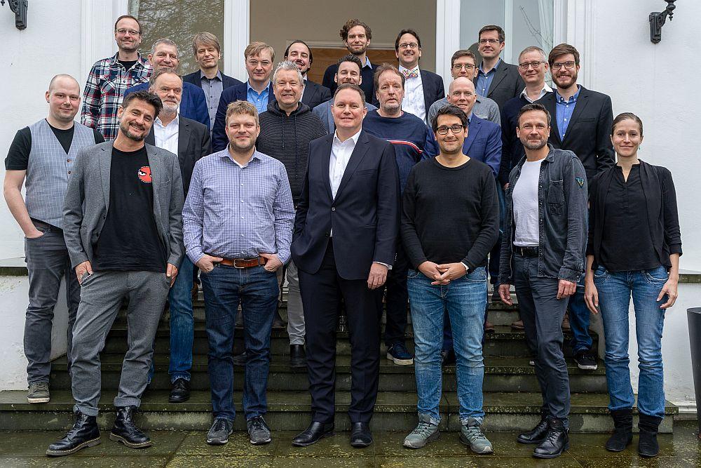 Senator Dr. Carsten Brosda (mitte) mit den Teilnehmern eines Roundtables zum Gaming-Standort Hamburg (Foto: Julia Rogalitzki für die Hamburg Kreativ Gesellschaft)