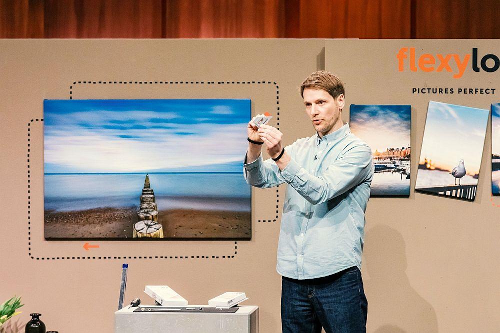 Alexander Schophoff zeigt den Löwen, wie mit flexylot die Bilder hängen.